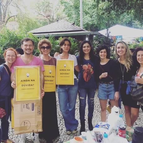 Atores e atrizes se reúnem no Largo do Machado, Rio de Janeiro, para conversar com eleitores indecisos Foto: Reprodução / Instagram