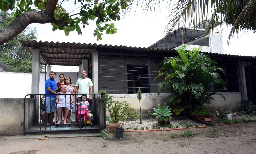 Anderson Pereira (de azul) com a avó, Josefa, de 95 anos: família do Maracajá Foto: Nina Lima / Agência O Globo