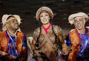 A rainha da Baterilha Gracyanne Barbosa entre ritmistas da escola na grande final da escolha do samba Foto: Divulgação / União da Ilha
