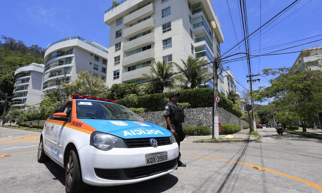 Polícia na Praça Dom Orione, em São Francisco: casos na área da 79ª DP caíram de 122 para 99 de julho a setembro Foto: Roberto Moreyra / Agência O Globo