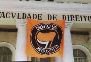 """Bandeira """"Direito UFF Antifascista"""" estava na faculdade de Direito da Universidade Federal Fluminense (UFF) e foi retirada por fiscais do TRE-RJ Foto: Reprodução"""