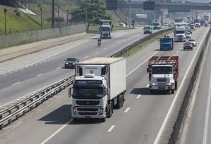 Caminhões na Via Dutra, no Rio: subsídio ao diesel foi adotado após a greve dos caminhoneiros este ano Foto: Marcos Ramos / Agência O Globo