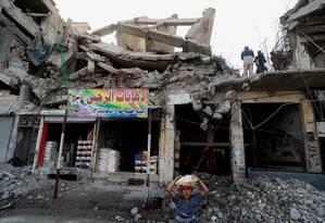 Destroços em cidade de Racca eram vistos após forças de coalizão apoiadas por EUA combaterem com Estado Islâmico: batalhas agora miram redutos extremistas no Leste do país Foto: DELIL SOULEIMAN / AFP