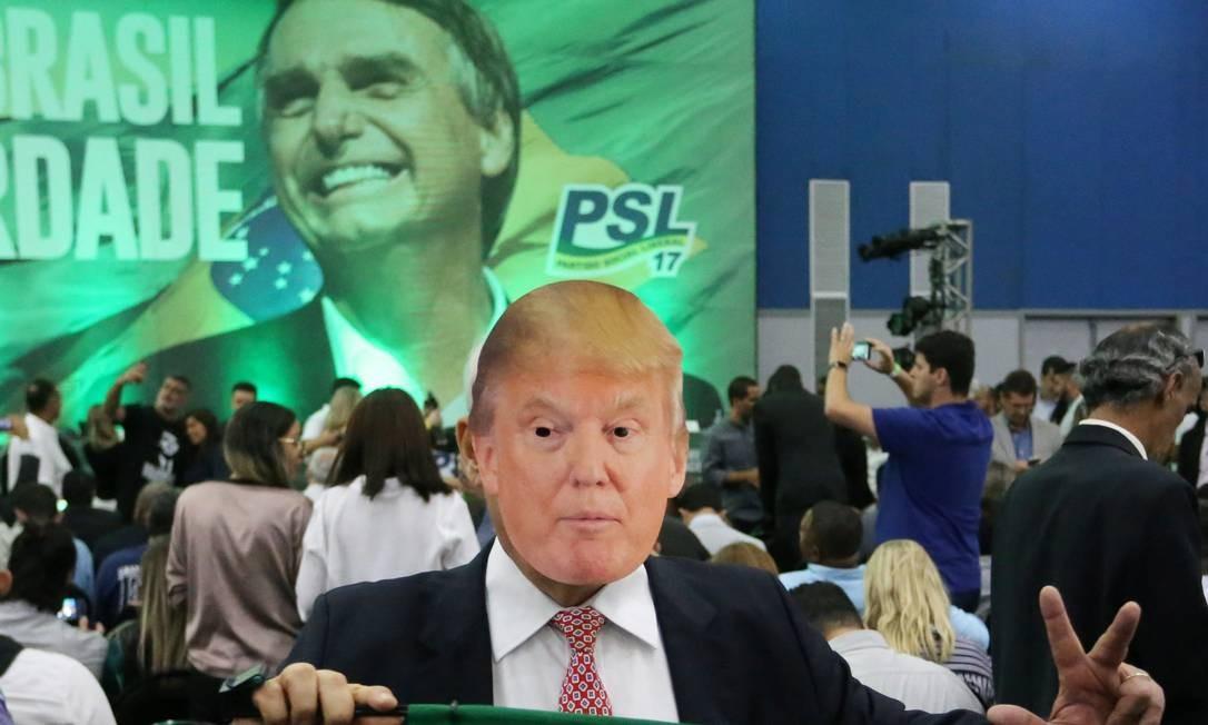 Homem usa máscara do presidente americano, Donald Trump, no lançamento da candidatura de Jair Bolsonaro (PSL), em 22 de julho, no Rio de Janeiro Foto: Guilherme Pinto / Agência O Globo