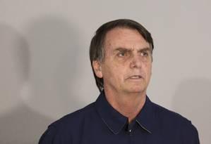 O candidato à Presidência do PSL, Jair Bolsonaro, recebe faixa preta dos lutadores Robson Gracie e Austregesilo de Athayde 25/10/2018 Foto: Leo Martins / Agência O Globo