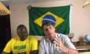 Jair Bolsonaro faz transmissão ao vivo ao lado de Hélio Bolsonaro, eleito deputado federal Foto: Reprodução/Facebook