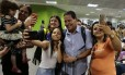 General Mourão, candidato a vice na chapa de Jair Bolsonaro (PSL), tira selfies com apoiadores em Brasília