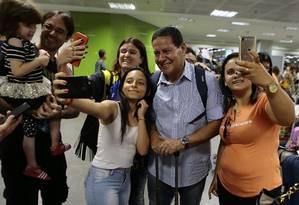General Mourão, candidato a vice na chapa de Jair Bolsonaro (PSL), tira selfies com apoiadores em Brasília Foto: Jorge William / Agência O Globo