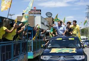 O candidato ao governo do Rio de Janeiro Eduardo Paes faz carreata pelas ruas de Nova Iguacu Foto: Leo Martins / Agência O Globo