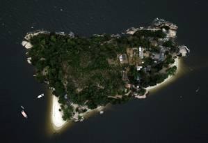 Lazer ameaçado. A Ilha de Jurubaíba, em São Gonçalo, tem duas praias frequentadas por dezenas de pessoas nos fins de semana: além de ter ocupações irregulares, pescadores dizem que o lugar virou um esconderijo de bandidos em fuga Foto: Custódio Coimbra / Agência O Globo