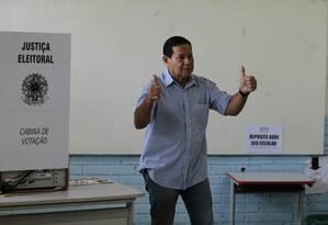 Mourão faz sinal de positivo na sessão eleitoral de escola militar de Brasília Foto: Jorge William / Agência O Globo