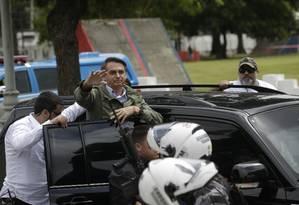 O candidato à Presidência da República Jair Bolsonaro acena para os eleitores ao chegar para votar no Rio Foto: Gabriel Paiva / O Globo