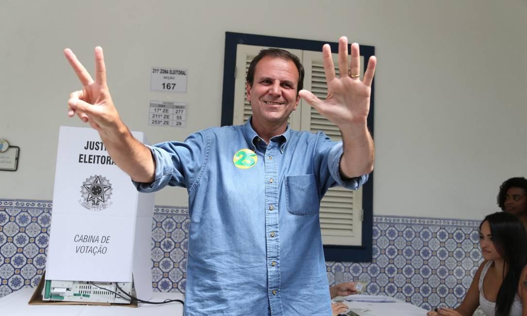 Eduardo Paes vota no Gávea Golf Club, em São Conrado Foto: Marcia Foletto / Marcia Foletto