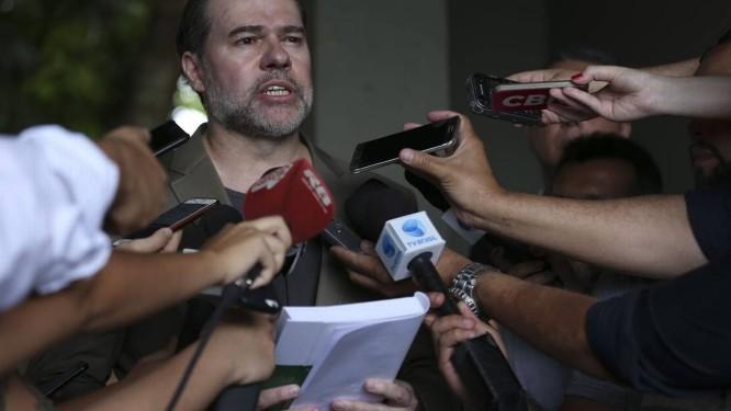 Presidente do Supremo Tribunal Federal, o ministro Dias Toffoli foi votar e deu entrevista com a Constituição em mãos Foto: José Cruz / Agência Brasil