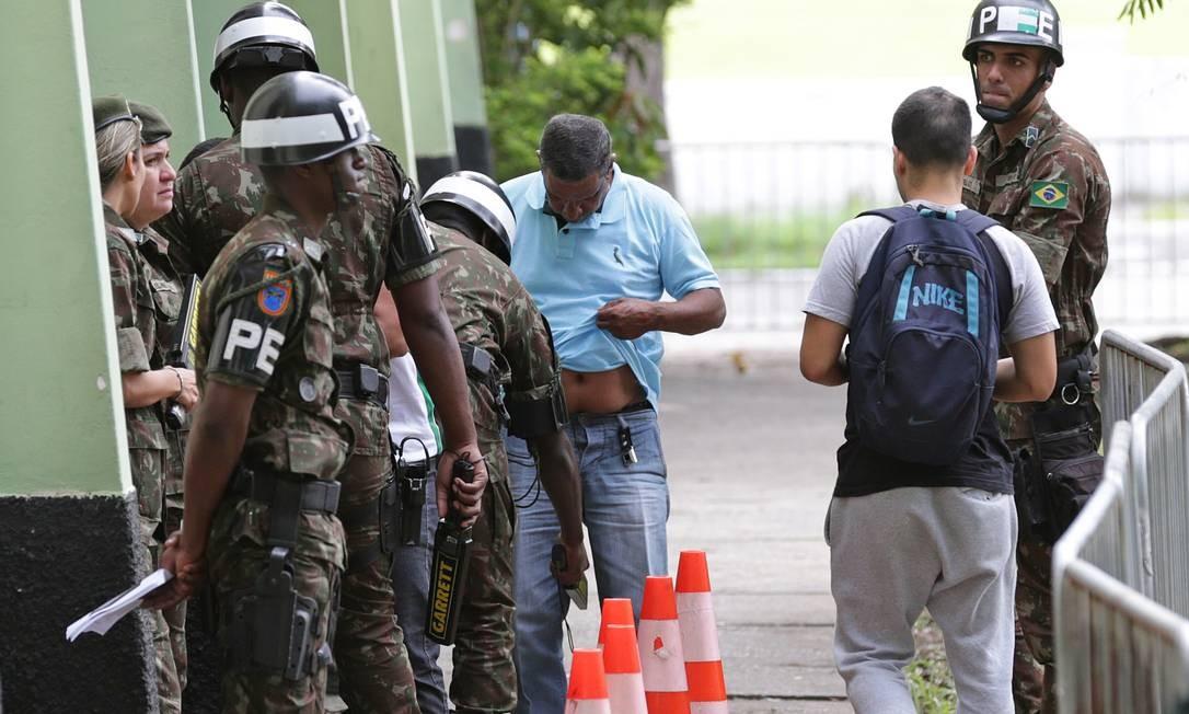 Eleitores que votaram durante a presença do candidato no local foram revistados e passaram por detector de metal Foto: Márcio Alves / Agência O Globo