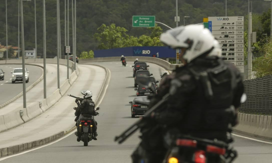 Policias federais e soldados do exército acompanham o comboio que levou o candidato ao local Foto: Gabriel de Paiva / Agência O Globo
