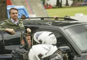 Bolsonaro ao lado de seguranças Foto: Gabriel de Paiva