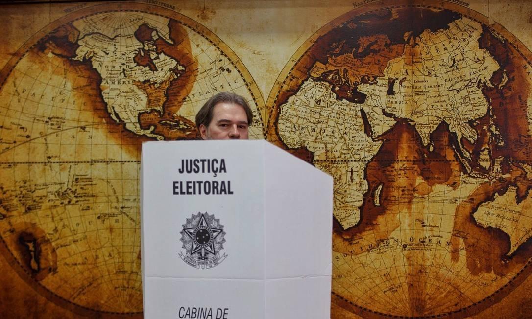 """É inquestionável que este momento marcará nossa história, mas qual será o retrato das eleições 2018? No pleito em que a rejeição é comparável às intenções de voto, poderá ser a dos cartazes exibindo """"não"""". É possível que nos remeta a estampas camufladas para lembrar que, durante a disputa, o golpe foi chamado pelo presidente do STF de """"movimento"""" e parlamentar afirmou que bastam um soldado e um cabo para fechar o tribunal. Pode ser que seja o das mãos que, de um lado, remetem a armas e, de outro, fazem referência a um líder preso. O resultado definirá qual imagem ficará. Torçamos para que o povo, que em uns palanques foi lembrado na reta final por ter sido até então esquecido e em outros ameaçado, tenha força para resistir e não ser meros figurantes da foto. Foto: Daniel Marenco/Agência O Globo"""