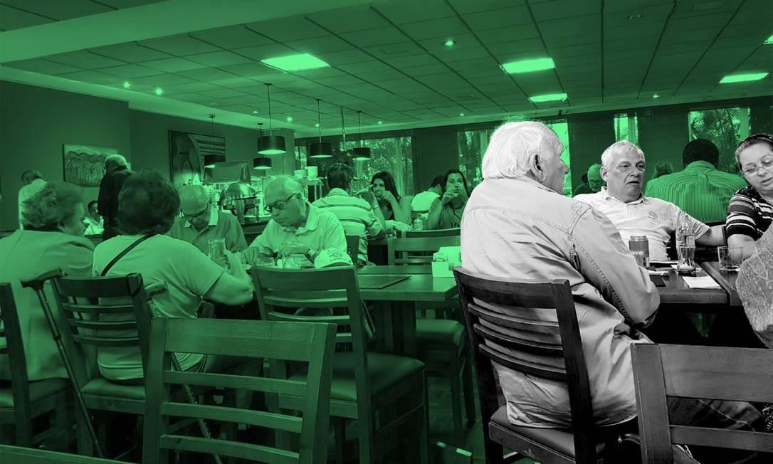 No Clube Militar, na Lagoa Rodrigo de Freitas (Rio de Janeiro), eleitores conversam na manhã deste domingo Foto: Márcia Foletto / Agência O Globo