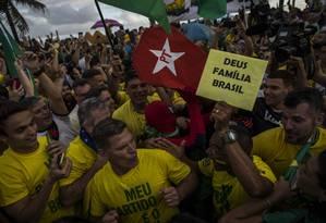 Eleitores acompanham a apuração dos votos do 2º turno em frente a casa do candidato Jair Bolsonaro, na Barra da Tijuca Foto: Guito Moreto/Agência O Globo