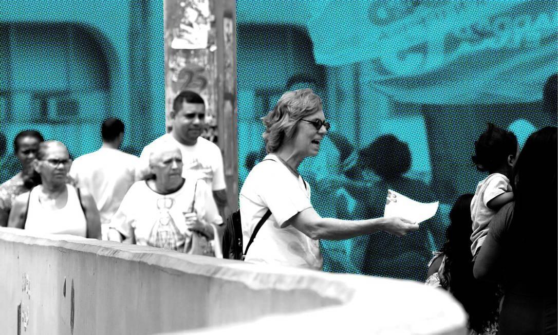 Moradores em zona eleitoral da Rocinha dominada pelo tráfico e pela milícia Foto: Custódio Coimbra / O Globo