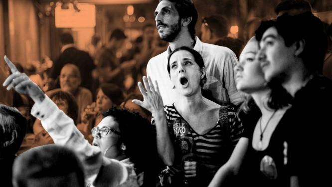 Eleitores acompanham apuração em Laranjeiras, em 2014 Foto: Márcia Foletto / Agência O Globo