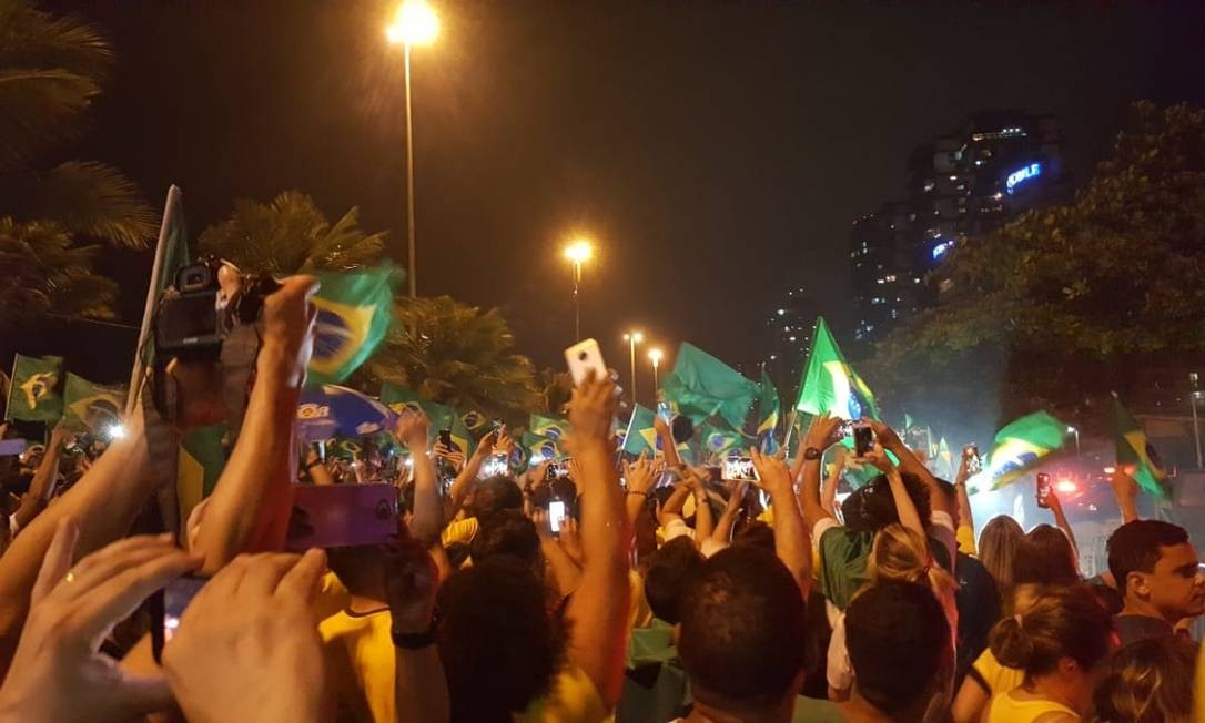 Eleitores de Bolsonaro comemoram anúncio da vitória do candidato do PSL à Presidência da República na Barra da Tijuca, zona oeste do Rio de Janeiro Foto: Bruno Abbud / Agência O Globo