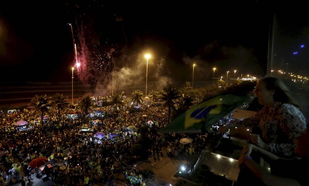 Eleitores do Jair Bolsonaro , fazem festa em frente ao condominio onde o candidato mora na Barra da Tijuca. - Foto Marcelo Theobald /Agência O Globo. Foto: Marcelo Theobald / Agência O Globo