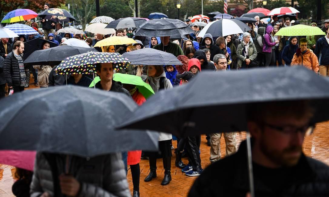 Pessoas formam fila para homeagear vítimas de ataque a sinagoga nos EUA Foto: BRENDAN SMIALOWSKI / AFP