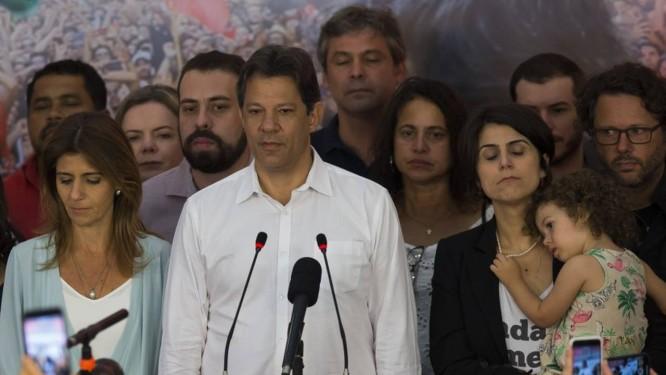 Fernando Haddad prometeu que não abandonará a causa dos 45 milhões de eleitores que votaram nele Foto: Edilson Dantas / Agência O Globo