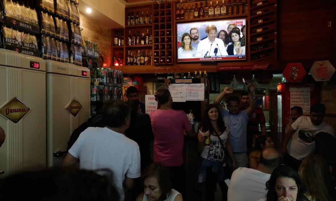 Em uma bar em Laranjeiras, no Rio, reduto da esquerda, pessoas assistem ao pronunciamento de Fernando Haddad Foto: Alexandre Cassiano / Agência O Globo