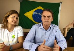 Presidente eleito, Jair Bolsonaro (PSL) agradece festejo de apoiadores em frente à sua casa, na Barra da Tijuca Foto: Reprodução/Facebook