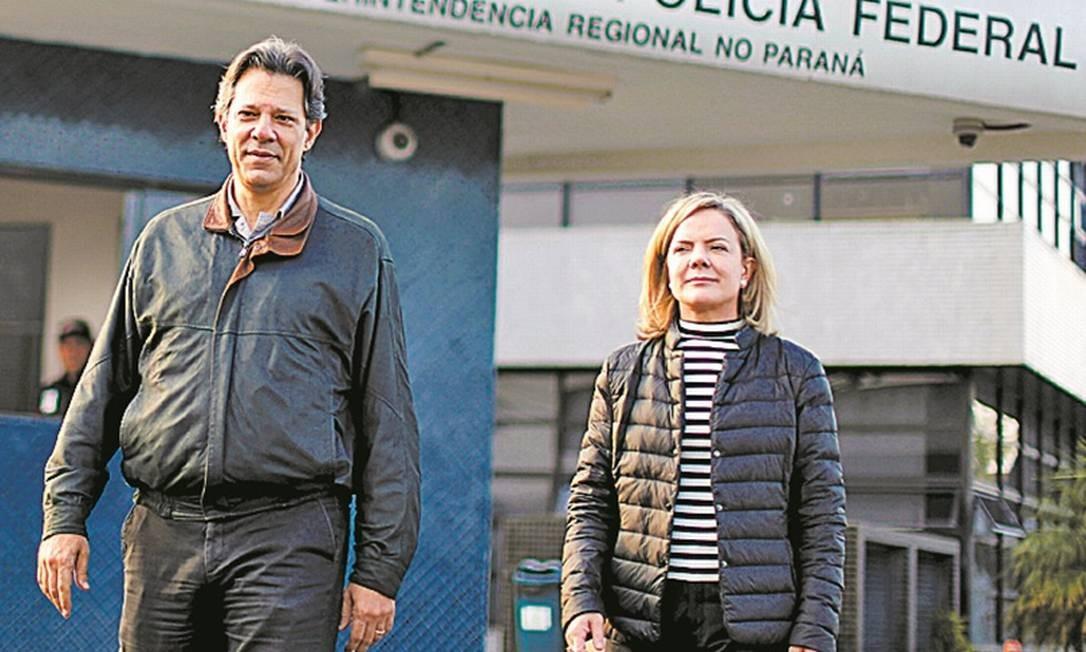 Haddad e Gleisi em visita a Lula: soltura do ex-presidente é prioridade Foto: Rodolfo Buhrer/Reuters/6-8-2018