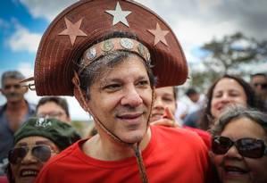 Fernando Haddad com chapéu de vaqueiro fez campanha em visita à terra natal de Lula Foto: Ricardo Stuckert / Agência O Globo