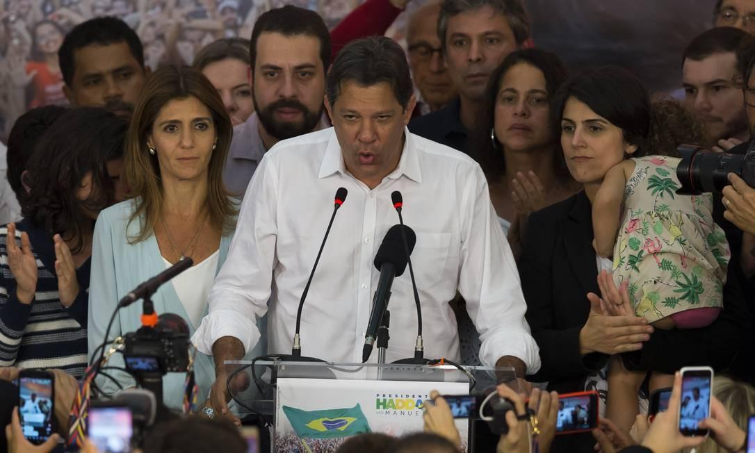 Haddad discursa ao lado de apoiadores, após o resultado das eleições Foto: Edilson Dantas / Agência O Globo
