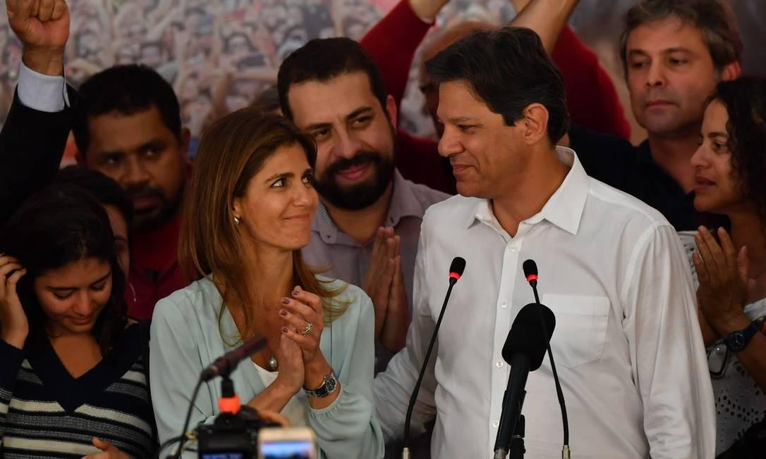 Fernando Haddad e a mulher Ana Estela após o anúncio da vitória de Jair Bolsonaro Foto: NELSON ALMEIDA / AFP