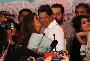 Fernando Haddad, candidato à Presidência pelo PT, recebe beijo da mulher, Ana Estela Haddad Foto: PAULO WHITAKER / REUTERS