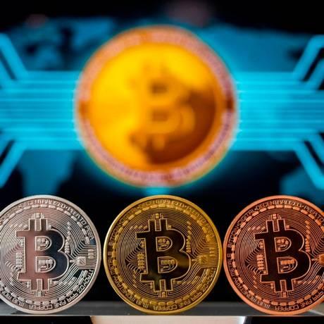 Uma foto tirada em 6 de fevereiro de 2018 mostra uma representação visual da moeda digital criptográfica Bitcoin, na loja
