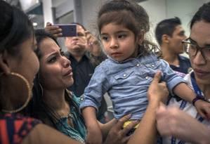 Fernanda Jacqueline Davila,de 2 anos, é recebida pela sua família em Honduras após meses sozinha nos EUA Foto: DANIELE VOLPE / NYT