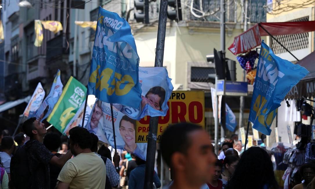 Pessoas bandeirando na Avenida Passos, esquina com Uruguaiana Foto: Fabiano Rocha / Agência O Globo