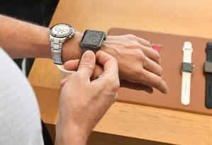 Consumidor testa um Apple Watch em loja da marca em São Francisco, na Califórnia Foto: JOSH EDELSON / Agência O Globo