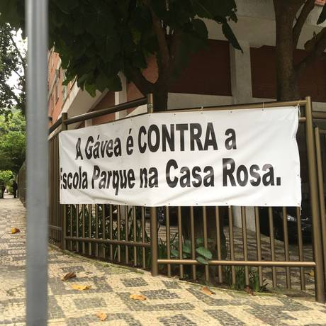 Faixas de protesto contra a mudança de endereço na Escola Parque, na Gávea. Foto: Denise Roque / O Globo