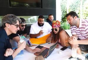 Anitta com produtores americanos, incluindo o hitmaker DJ Khaled (de short amarelo) Foto: Divulgação