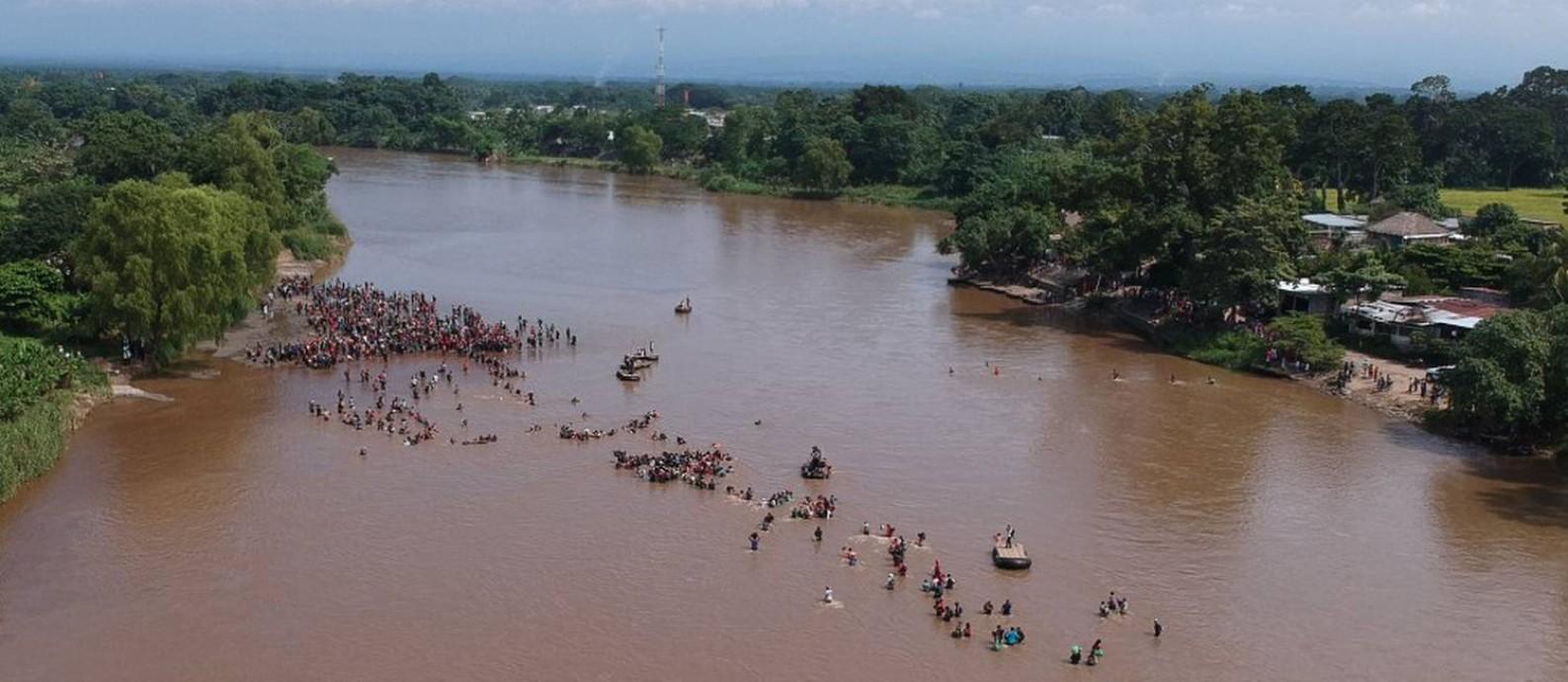 Migrantes atravessam o rio Suchiate, de Tecun Uman, na Guatemala, a Ciudad Hidalgo, no México Foto: CARLOS ALONZO / AFP