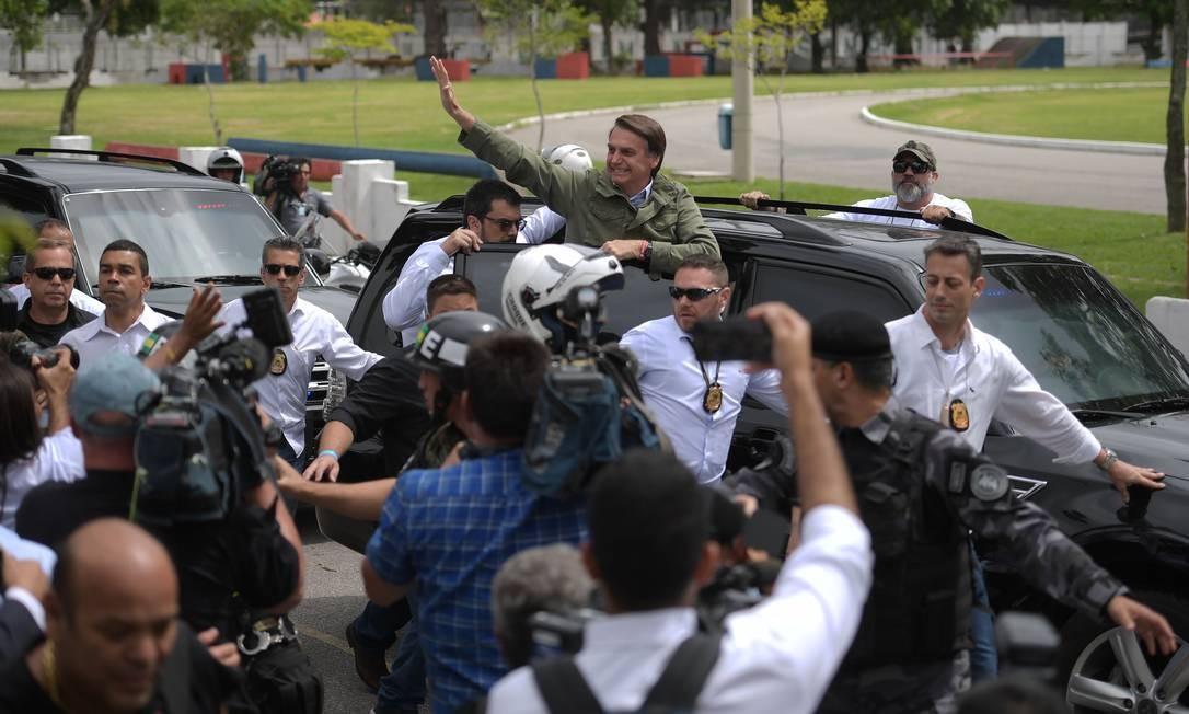 Jair Bolsonaro é escoltado por seguranças no Rio de Janeiro Foto: Carl de Souza/AFP/28-10-2018
