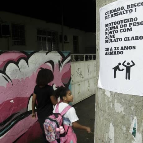 Sinal de perigo. Cartaz em poste da Rua Maxwell, em Vila Isabel: descrição de suspeito é divulgada em vários locais Foto: Agência O Globo / Gabriel de Paiva