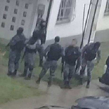 PMs do Batalhão Choque no local do crime: três foram reconhecidos Foto: Reprodução