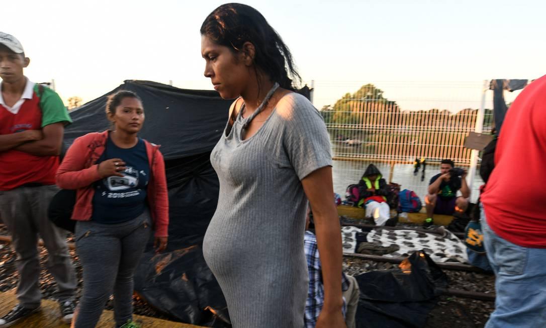 Grávida hondurenha participa de caravana que percorre longa jornada até os Estados Unidos Foto: ORLANDO SIERRA / AFP
