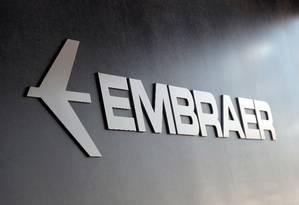 Logo da Embraer Foto: Paulo Whitaker / REUTERS