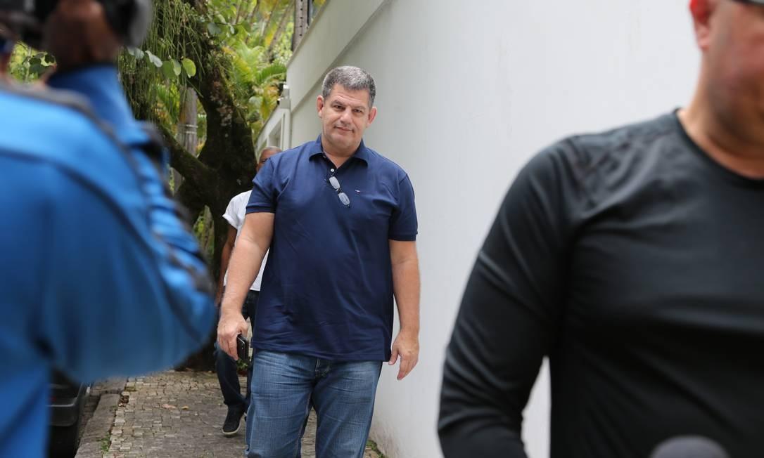 O ex-presidente do PSL Gustavo Bebiano fala com a imprensa na entrada da casa de Paulo Marinho Foto: Marcia Foletto / Marcia Foletto